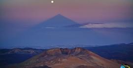 Cuando el Teide acaricia la Luna
