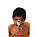 Niño apuntando con una pistola