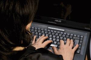 Reportera escribiendo en ordenador