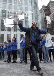 Imagen de Alex Shuminov saliendo de la tienda de Apple