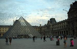 Imagen del exterior del museo Louvre