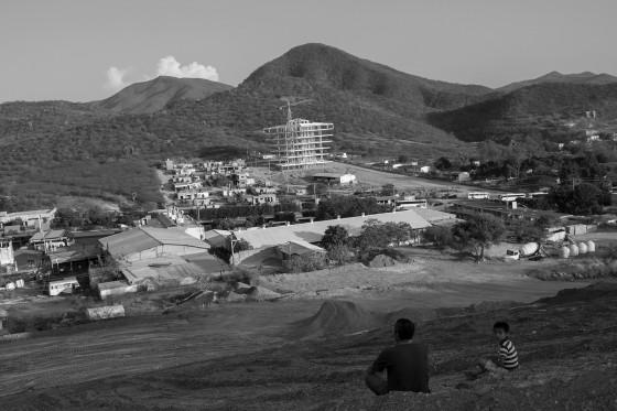 """""""Vista de Tecomatlán y de la construcción de la futura """"Casa de la Cultura"""", con un presupuesto de 36 millones de pesos""""."""