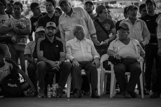 """""""Aquiles Córdova Morán presencia un juego de voleibol. Nacido en Tecomatlán, es el líder nacional de Antorcha Campesina""""."""
