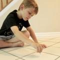 El hijo del investigador Jack Gilbert toma muestras en su casa / Jack Gilbert