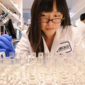 Una investigadora en el Instituto Broad del MIT y Harvard / Len Rubenstein